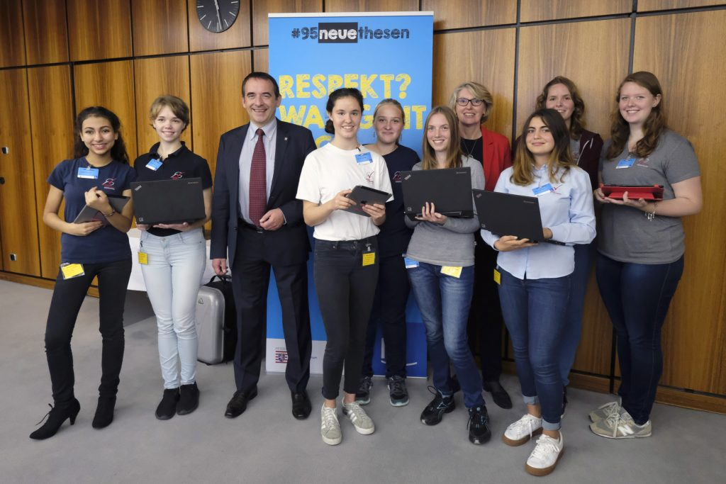 Schüler des Neuen Gymnasiums Rüsselsheim mit Kultusminister Prof. Dr. R. Alexander Lorz (3. von links) und hr-Fernsehdirektorin Gabriele Holzner (4. von rechts). Bild © hr/Tim Wegner